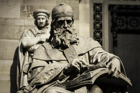 Estatua_de_San_Isidoro_de_Sevilla_en_la_Biblioteca_Nacional